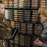 Astrid y Hadassah hablan en una tienda de alimentación en el 2x01 de 'The Politician'