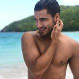 Maxi Iglesias posa con el torso desnudo en la playa de Puerto Rico