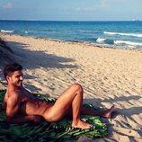 Maxi Iglesias practicando nudismo en la playa