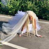 """Leticia Sabater vestida de novia en el videoclip de """"Vete pal carajo, tra, tra"""""""