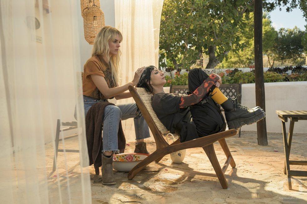 Macarena le lava el pelo a Zulema en el final de 'Vis a vis: El oasis'