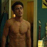 Darren Barnet luce torso desnudo en 'Yo nunca'