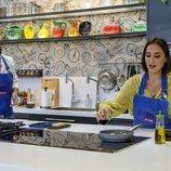 Javier Peña observa la elaboración de Tamara Falcó en 'Cocina al punto con Peña y Tamara'