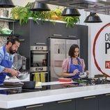 Javier Peña y Tamara Falcó realizan sus respectivas elaboraciones en 'Cocina al punto con Peña y Tamara'