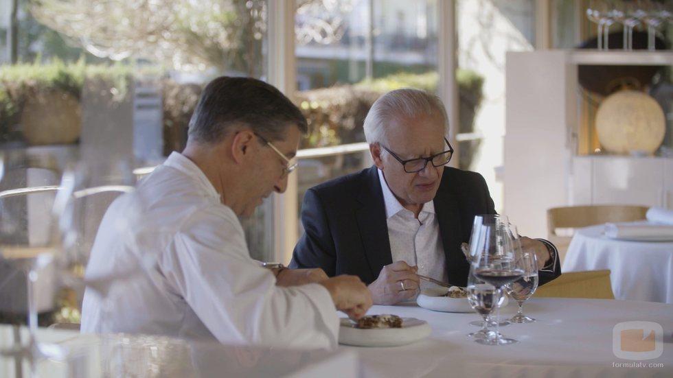 Juan Echanove junto a Joan Roca en 'De la vida al plato'