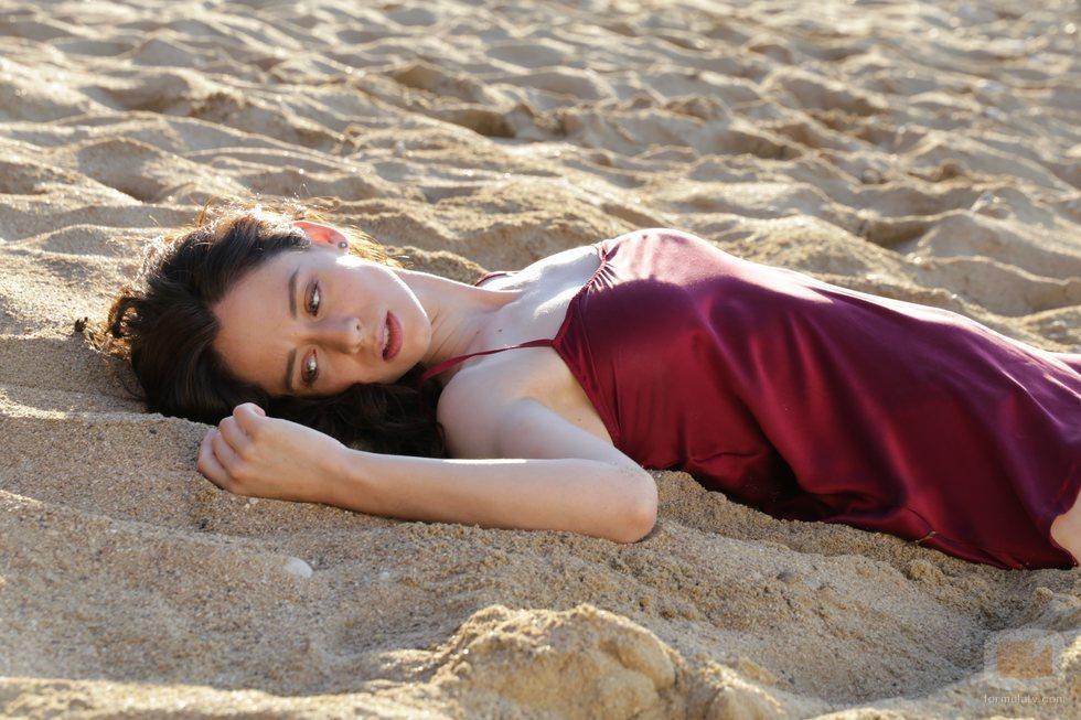 Elena Rivera, tumbada en la arena en 'Alba'