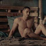 Alejandro Speitzer, totalmente desnudo en 'Oscuro deseo'