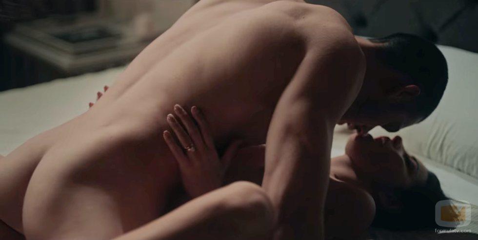 Alejandro Speitzer y Maite Perroni en una secuencia de sexo en 'Oscuro deseo'
