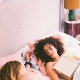 Luisita junto a Amelia semidesnuda en la cama, en la imagen promocional de '#Luimelia' 2