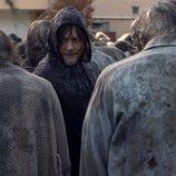 Daryl (Norman Reedus), infiltrado entre los caminantes en la temporada 10 de 'The Walking Dead'