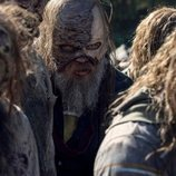 Beta (Ryan Hurst), infiltrado entre zombies en la temporada 10 de 'The Walking Dead'