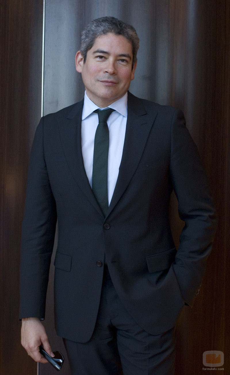 Boris Izaguirre con traje negro