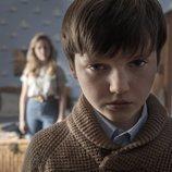 Benjamin Evan Ainsworth y Victoria Pedretti en 'La maldición de Bly Manor'