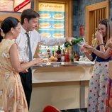 Marcelino llena las copas de Manolita, Luisita y Amelia, en 'Amar es para siempre'