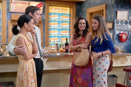 Luisita y Amelia cuentan a Manolita y Marcelino que se van en 'Amar es para siempre'
