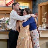 Marcelino, Luisita, Manolita y Amelia se abrazan en la despedida de Luimelia de 'Amar es para siempre'