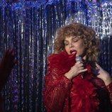 Cristina (Isabel Torres) canta frente a sus amigas en el 1x03 de 'Veneno'