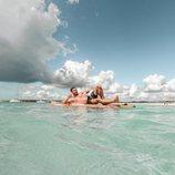Tom Brusse, de 'La isla de las tentaciones 2', semidesnudo en una tabla de surf