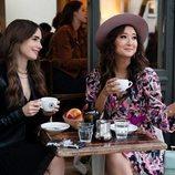 Lily Collins y Ashley Park en 'Emily en París'