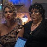 Cristina y Paca la Piraña en el capítulo 1x06 de 'Veneno'