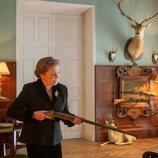 Amparo sujeta una escopeta frente a Mina en 'Alguien tiene que morir'