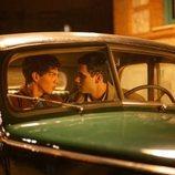 Gabino y Lázaro, muy cerca dentro de un coche en 'Alguien tiene que morir'
