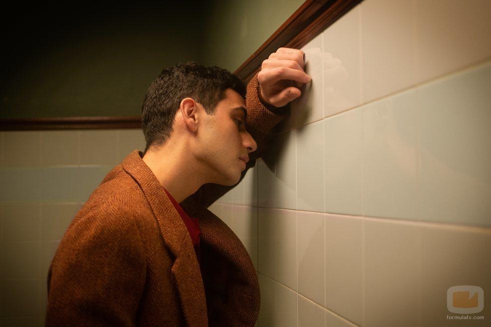 Gabino (Alejandro Speitzer), preocupado en 'Alguien tiene que morir'