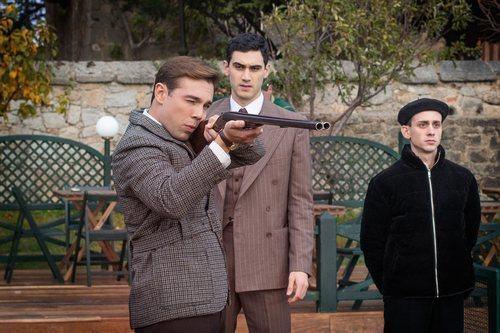 Alonso apunta con una escopeta frente a Gabino en 'Alguien tiene que morir'