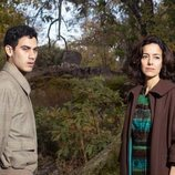 Gabino (Alejandro Speitzer) y Mina (Cecilia Suárez) en 'Alguien tiene que morir'