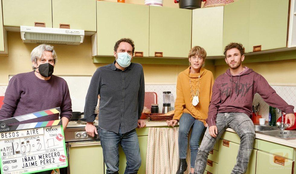Iñaki Mercero, Aitor Gabilondo, María León y David Castillo en el rodaje de 'Besos al aire'