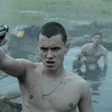Arón Piper apunta con una pistola en 'El desorden que dejas'