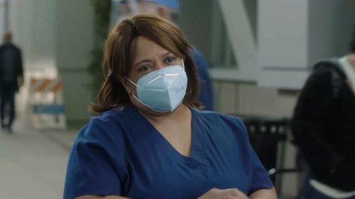 Miranda Bailey sonríe en los pasillos del Grey Sloan Memorial en la temporada 17 de 'Anatomía de Grey'