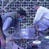 Operarios colocan el suelo del escenario español para Eurovisión Junior 2020