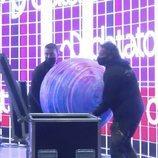 Operarios colocan la bola presente en todas las actuaciones de Eurovisión Junior 2020