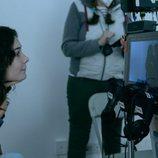Nadia de Santiago oberva el rodaje de 'El tiempo que te doy'
