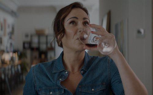 Ana Milán con una copa de vino en el 1x01 de 'ByAnaMilán'