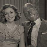 Elizabeth Olsen y Paul Bettany sonríen en 'WandaVision'