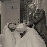 Paul Bettany sostiene a Elizabeth Olsen en 'WandaVision'
