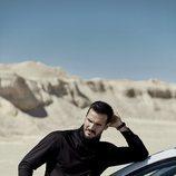 Saúl Cravioto posa para Rísbel Magazine apoyado en su coche