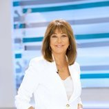 Ana Rosa Quintana de pie en la temporada 17 de 'El programa de Ana Rosa'