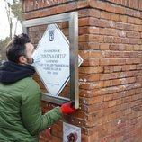 Un operario repone la placa en homenaje a Cristina La Veneno