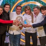 Raquel Meroño, ganadora de 'MasterChef Celebrity 5', posa con los jueces y su trofeo