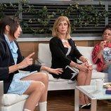 Paz Padilla, Eva Isanta y Cristina Medina hablando en 'La que se avecina'