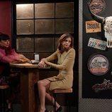Miren Ibarguren y Macarena Gómez en el bar de Nacho Guerreros en 'La que se avecina'