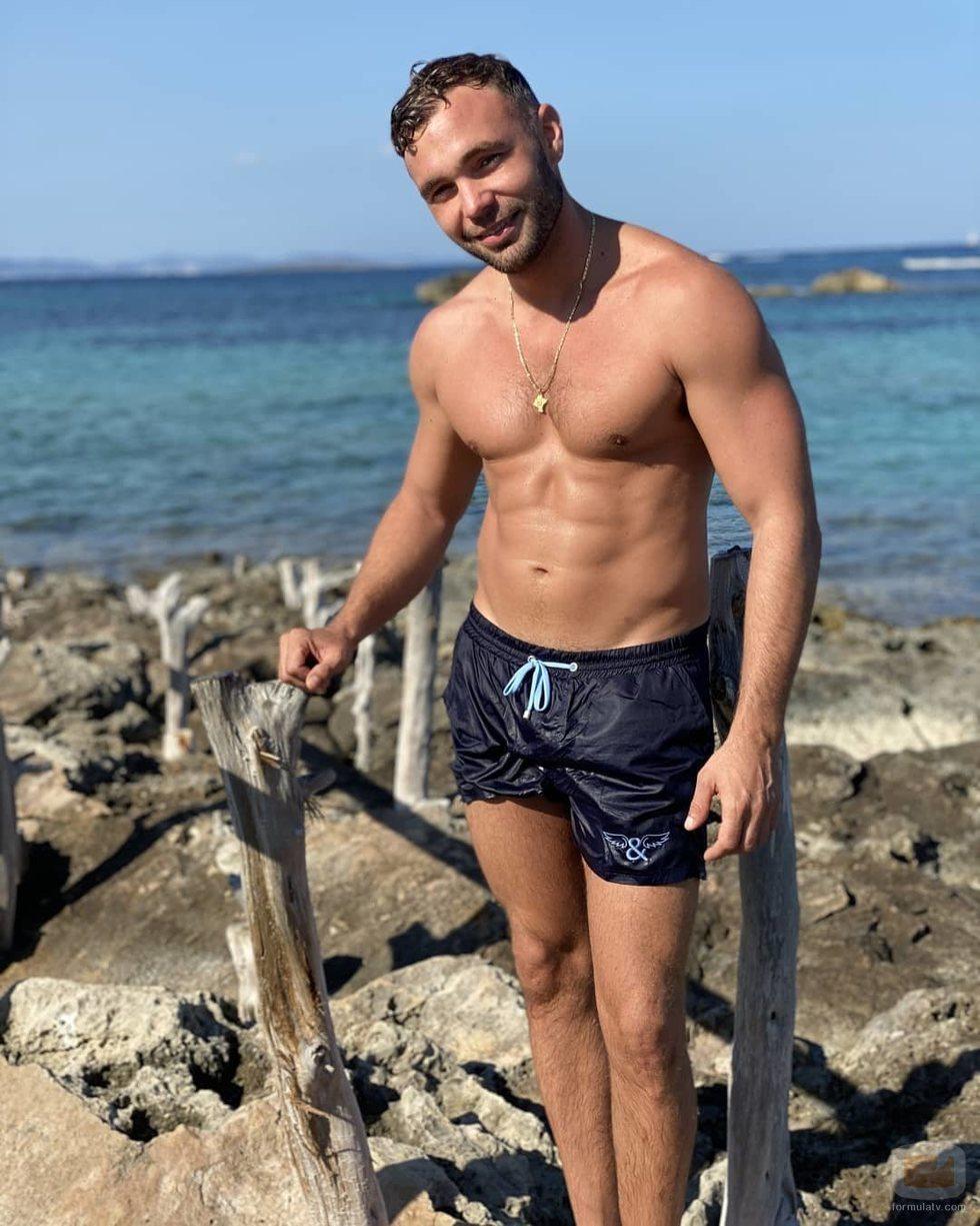 Cristian Suescun luce su torso desnudo en el mar