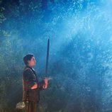 Craig Horner con una espada