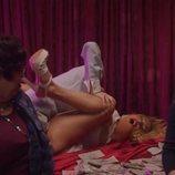 Cristina se acuesta con Angelo delante de Paca y Valeria en 'Veneno'