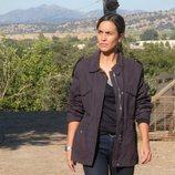 La sargento Campos (Megan Montaner) camina sola en 'La caza. Tramuntana'