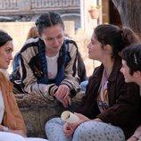 Sara Campos (Megan Montaner) habla con un grupo de jóvenes en 'La caza.Tramuntana'