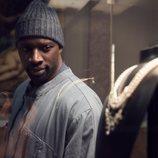 Omar Sy mira un escaparate con joyas en 'Lupin'